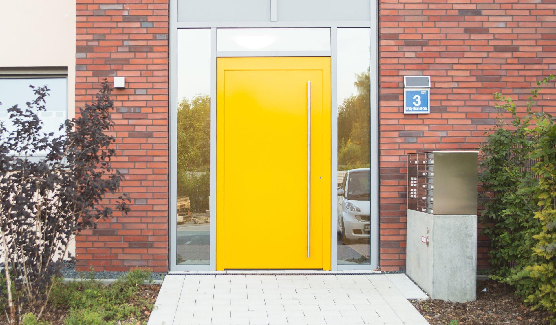 Gelbe Wohnhaus-Eingangstür