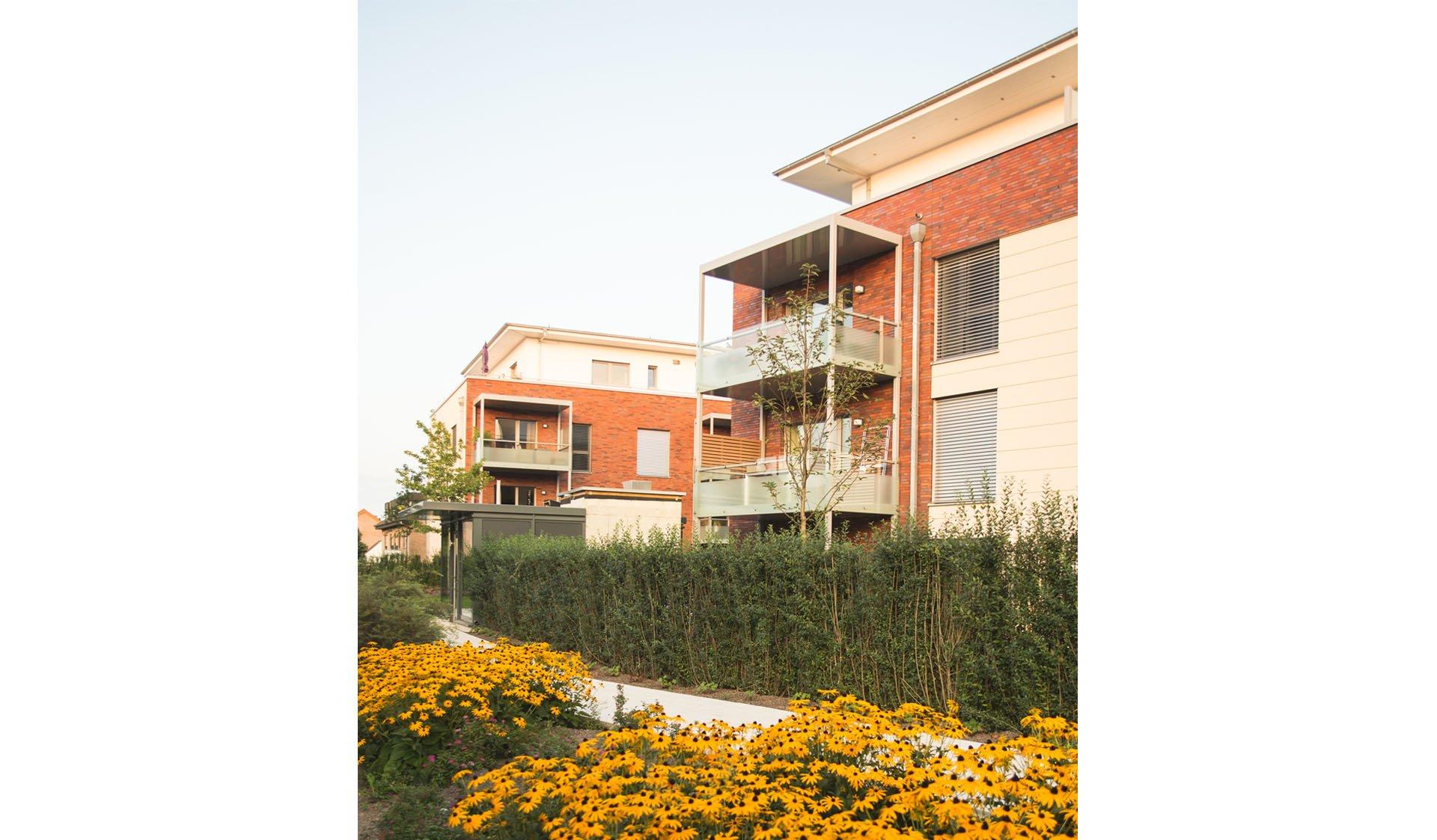 Außenansicht mit Grünanlagen und Balkons im Hintergrund