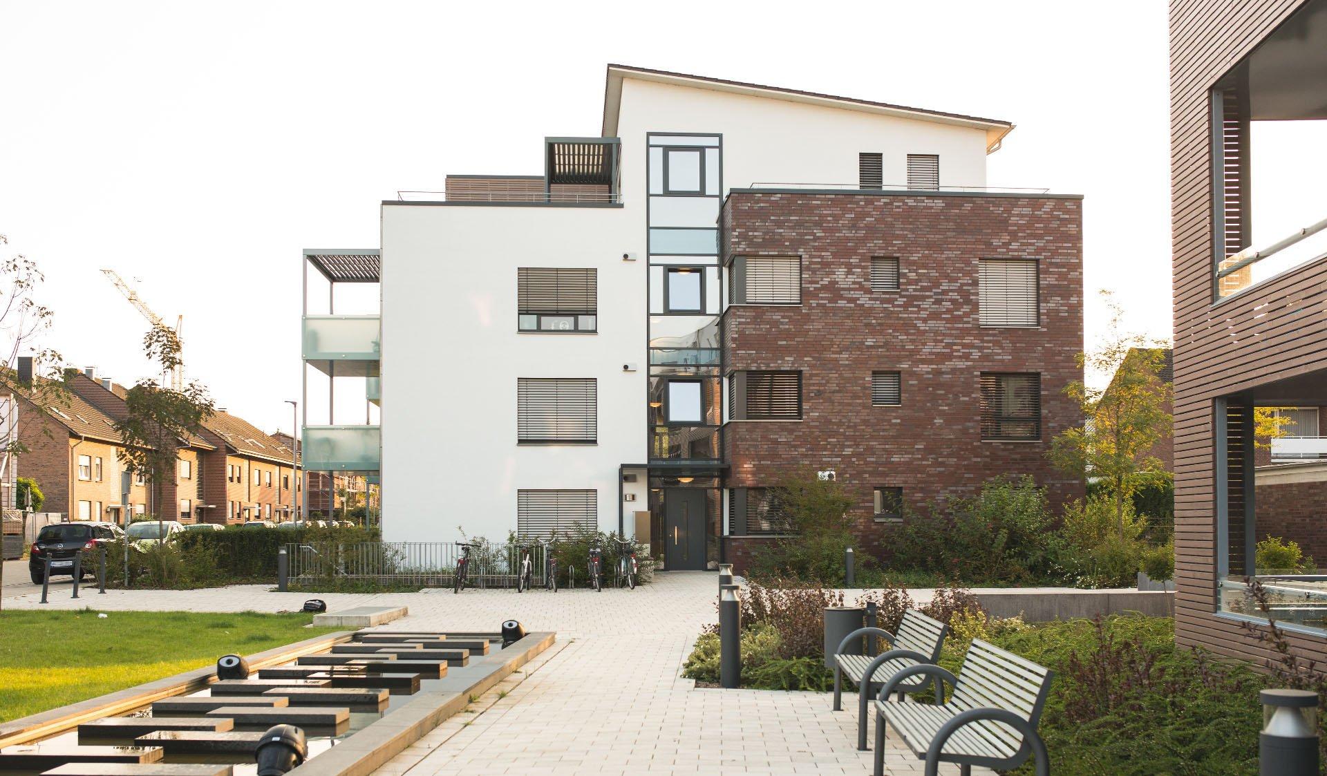 Außenanlagen mit Bänken in Klimaschutzsiedlung