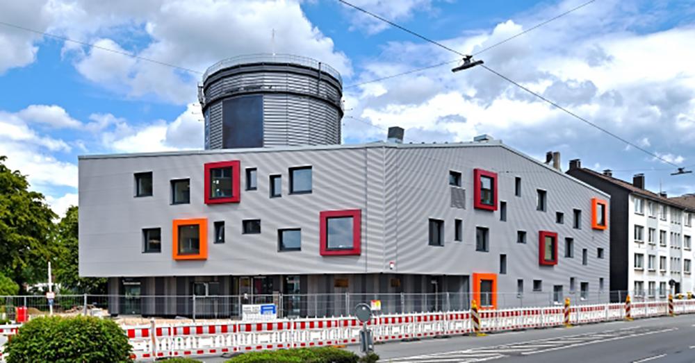 In Wuppertal, im Stadtteil Heckinghausen, entsteht an der Stelle eines zu klein gewordenen Jugendtreffs ein Stadtteilzentrum als zertifiziertes Passivhaus. Foto: Frank Buetz