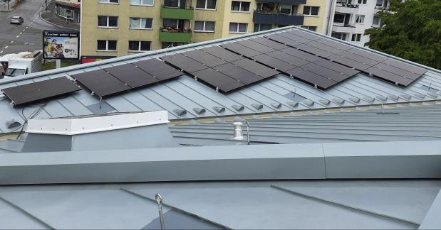 Auf dem Dach sorgt eine PV-Anlage für Teilautonomie. Foto: Frank Buetz